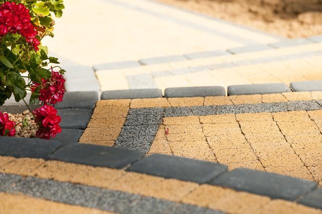 Betonowa kostka brukowa w ogrodzieWybór kostki z fazą lub bez niej w dużym stopniu wpływa na to, jak wyglądać będzie cała aranżacja przydomowego ogrodu. Dodatkowo rodzaj krawędzi decyduje o funkcjonalności nawierzchni.