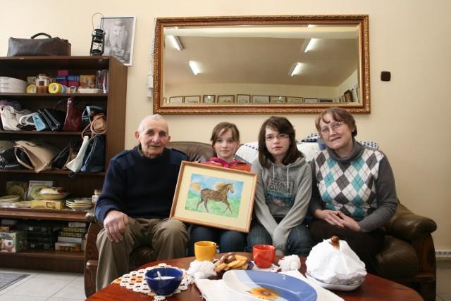 Dziadkowie z wnuczkami, od lewej: Zdzisław Hutnik, wnuczki Ola i Marysia, Stanisława Hutnik.