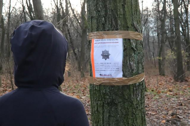 Nie milkną echa morderstwa 57-letniej kobiety na Zdrowiu. W parku zawisły plakaty, z apelem do mieszkańców, którzy mogliby pomóc policji w rozwikłaniu zagadki zbrodni.CZYTAJ DALEJ NA NASTĘPNYM SLAJDZIE
