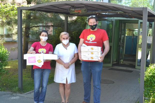 Wolontariusze Fundacji Dr Clown przywieźli słodki poczęstunek oraz kartki z podziękowaniami do Centrum Pediatrii w Sosnowcu oraz Zagłębiowskiego Centrum Onkologii w Dąbrowie Górniczej. Zobacz kolejne zdjęcia. Przesuń zdjęcia w prawo - wciśnij strzałkę lub przycisk NASTĘPNE