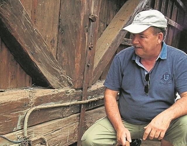 Marcin Leśniak nie zdąży w wakacje ze wszystkimi pracami w byłym dworze. Pilnej wymiany wymaga między innymi instalacja elektryczna