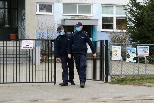 Alarmy bombowe we wrocławskich szkołach podstawowych. Zdjęcie ilustracyjne.