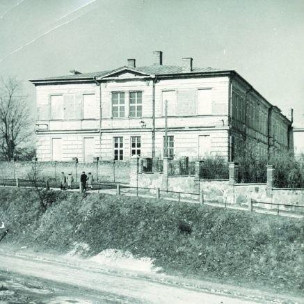 II Lo to jedna z charakterystycznych budowli Łomży - pięknie wyseksponowana na wzniesieniu, tuż obok ulicy Zjazd.