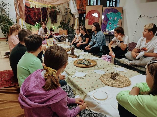 Podczas warsztatów podróżniczych w Centrum Promocji Dialogu w Janikowie uczestnicy mieli okazję poznać lepiej Indonezję. Przewodniczką po tym kraju była Laura Kozubowska, artystka i animatorka.