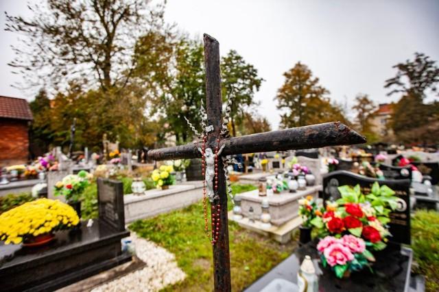Podczas Uroczystości Wszystkich Świętych odwiedza się groby oraz modli za zmarłych