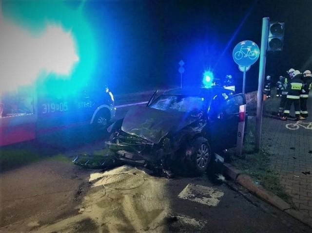 W nocy ze środy na czwartek na ul. Jana Pawła II, która jednocześnie jest obwodnicą Buku, doszło do wypadku z udziałem tira i samochodu osobowego. Zobacz więcej ----->