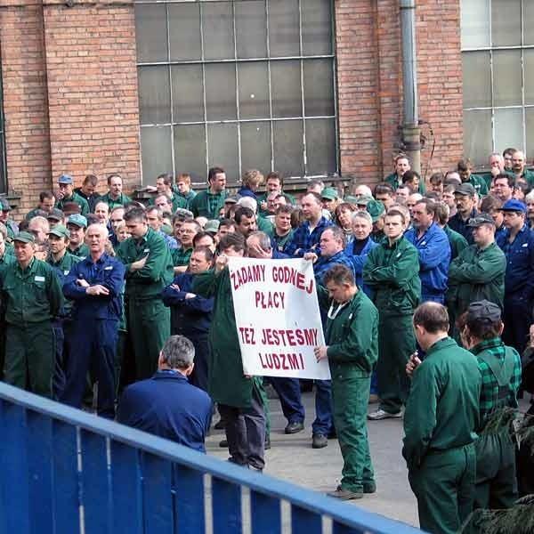 Pracownicy sanockiego Autosanu pikietowali, by poprzeć starania związków o większą podwyżkę.