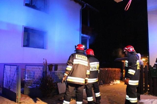 Strażacy ewakuowali z domu niepełnosprawną osobę.