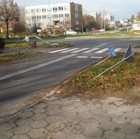 Wandale zniszczyli dziewięć znaków drogowych. Przewrócili też śmietnik, z którego na ulice wysypały się odpady.