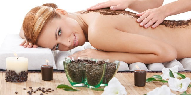 Peeling kawowy to skuteczna broń w walce ze zmęczoną skórą i cellulitem. Warto go stosować regularnie, bo łatwo zrobimy go w domu