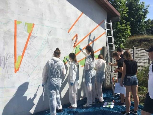 Mural powinien jednoznacznie kojarzyć się z Siemiatyczami, a jednocześnie wpisywać się w otoczenie miejscowych zalewów. To właśnie tam, na ścianie nowego budynku sanitarno – socjalnego, przy plaży miejskiej, ma powstać malowidło.