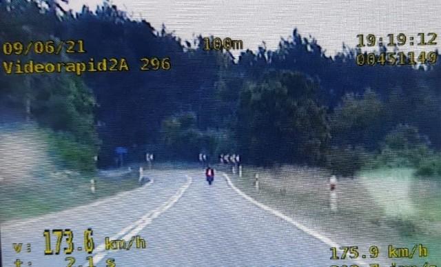W Skrzypaczowicach policjanci sfilmowali poczynania pirata drogowego