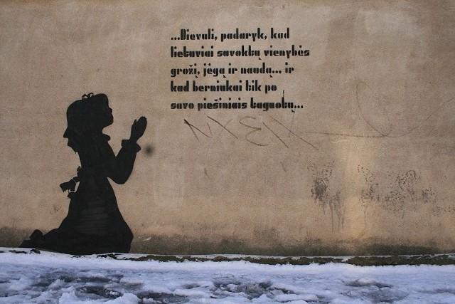 Zdjęcie wileńskiego graffiti w obiektywie Romualda Mieczkowskiego (napis w tłumaczeniu z litewskiego: Boziu, spraw, żeby Litwini pojęli jedności piękno, siłę i pożytek… i żeby chłopaki dorobili się na swoich rysunkach).