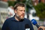 """Września: Adrian Zandberg z Razem walczy o plac zabaw dla dzieci z Kawęczyna. Obiekt rozebrał tamtejszy """"król norek"""""""