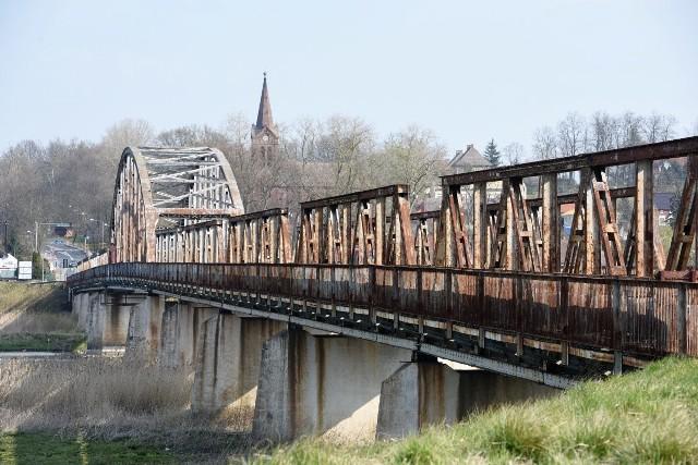 Mieszkańcy przez kilka miesięcy walczyli o remont starego mostu w Cigacicach. Pod koniec lutego podpisano umowę z konsorcjum dwóch firm z Wrocławia na modernizację przeprawy. Teraz nadszedł czas na konkretne prace. Z tego powodu, już za kilka dni, 15 kwietnia, most zostanie całkowicie zamknięty. PRZECZYTAJ TAKŻE: Stary most w Cigacicach będzie zablokowany. Mieszkańcy zapowiadają protesty domagają się remontu przeprawyRemontem zajmie się konsorcjum z Wrocławia. - Traktujemy ten obiekt priorytetowo - twierdzi Jacek Garbacz, przedstawiciel konsorcjum dwóch firm z Wrocławia, PBW Inżynieria i Probudowa.com. - Wykorzystamy cały nasz potencjał zarówno projektowy, badawczy jak i wykonawczy, aby jak najszybciej dokonać tego remontu. Zapewniam, że będziemy przy tym bardzo uważać, takich obiektów jest niewiele w Polsce. Są to cenne zabytki. Podejmując się remontu w nas inżynierach jest odpowiedzialność, żeby most po oddaniu służył wiele lat, ale również, aby stał się perłą architektury w regionie - podkreśla wykonawca. Prace mają się zakończyć do listopada 2021 roku. W tym czasie ruch na moście zostanie całkowicie wstrzymany, mieszkańcy będą musieli korzystać z przeprawy przy S3. Całkowity koszt prowadzonych prac oszacowano na 12 mln zł. 80 proc. tej sumy zostanie pokryte z dotacji celowej premiera Mateusza Morawieckiego, resztę dołoży urząd miasta w Zieloneje Górze oraz powiat zielonogórski. Most w Cigacicach to już zabytek- Cieszę, się, most, który za kilka lat będzie obchodził stulecie istnienia w końcu doczekał się remontu. Teraz będziemy jeździli po nim my, a potem nasze dzieci i wnuki - mówi Zbigniew Trompa, radny Sulechowa, który stał na czele komitetu mieszkańców domagających się modernizacji. W tym kontekście warto przypomnieć, że stary most w Cigacicach został otwarty 29 kwietnia 1925 r. Powstał w Zakładzie Konstrukcji Stalowych i Mostowych Beuchelt & Co. w Zielonej Górze.Jego historia bywała burzliwa. W 25 stycznia 1945 r. jedno z przęseł mostu zostało wysadzone prz