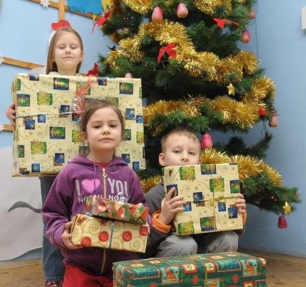 Natalia Czekalak (stoi), Ola Blachut (na dole z lewej) i Bartek Gilewicz z Kędzierzyna-Koźla nie mogą się już doczekać, aż w wigilijny wieczór rozpakują swoje prezenty.