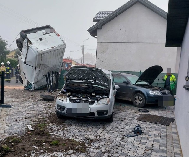 Bus staranował dwa ogrodzenia domów w Wichowie (gmina Lipno), uderzył w dwa zaparkowane samochody na posesji. Auto dostawcze oparło się dachem o ogrodzenie.ZDJĘCIA I WIĘCEJ INFORMACJI - KLIKNIJ DALEJ