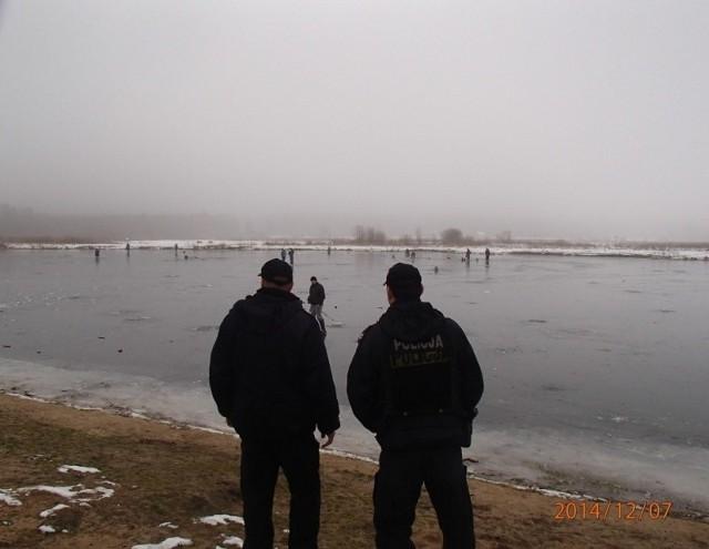 Mówili o tym, jak się bezpiecznie zachowywać na lodzie, i co zrobić, gdy lód się załamie. Tłumaczyli też jak skutecznie udzielić pomocy osobie, która wpadła do wody.