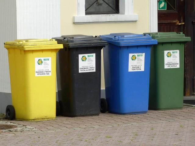 Segregacja śmieci nie musi być trudna. Pamiętajmy; plastik wrzucamy do żołtego pojemnika, odpady zmieszane do czarnego, papier do niebieskiego, szkło do zielonego i odpady BIO do brązowego.