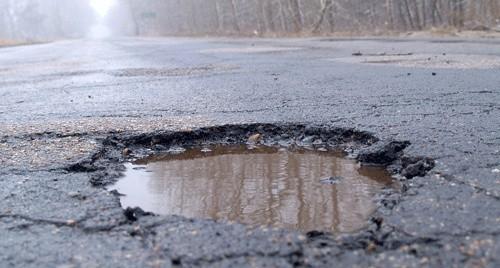 Wielka dziura, która  powstała w ciągu kilku godzin  na drodze wojewódzkiej w Zieleniewie, uszkodziła osiem samochodów.