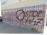 """Białystok. Mural """"Utkany wielokulturowością"""" znów zniszczony. Ktoś napisał """"STOP 447"""" [ZDJĘCIA, WIDEO]"""