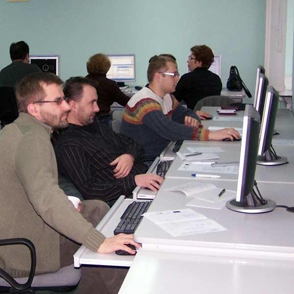 Na kursy mogą się zapisywać osoby pracujące. Na www.ckp.edu.pl znajdą formularz, który trzeba wypełnić i przesłać pocztą elektroniczną na adres rekrutacja@ckp.edu.pl.