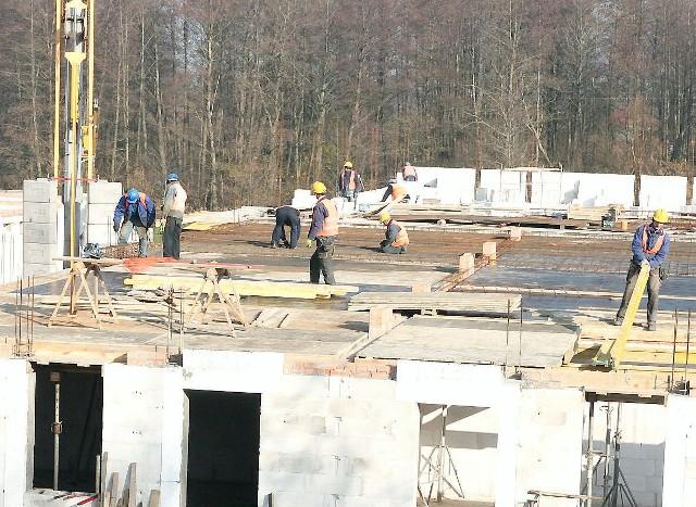 """Budowa nowych bloków z mieszkaniami socjalnymi we WłocławkuDwa nowe bloki socjalne przy ul. Toruńskiej we Włocławku buduje firma """"Budrox"""" z Gostynina"""
