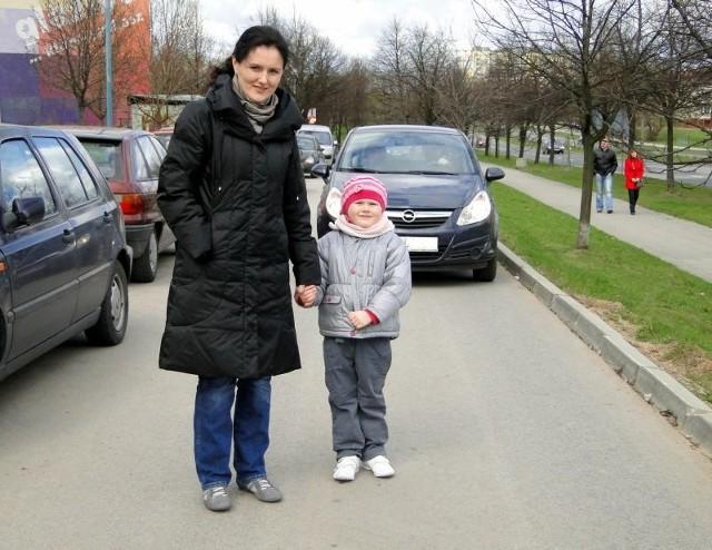 - Nie ma tutaj chodników, więc trzeba chodzić jezdnią. Tymczasem wielu kierowców nie patrzy na pieszych i pędzą jak szaleni – mówi Aneta Maciejewska, którą spotkaliśmy na ulicy Osiedlowej z córką Kalinką.