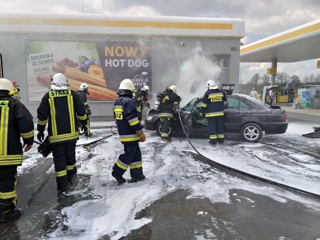 Pożar samochodu na stacji paliw w Pakosławicach. Kierowca zajechał na nią w momencie, gdy paliła mu się komora silnika