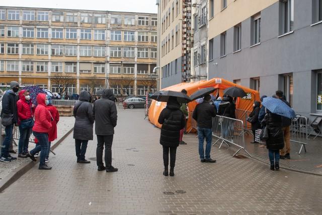 W piątek pacjenci musieli oczekiwać na szczepienie ponad godzinę. Stania w kolejce nie ułatwiała pogoda, ponieważ przez sporą część dnia padał deszcz.Zobacz zdjęcia >>