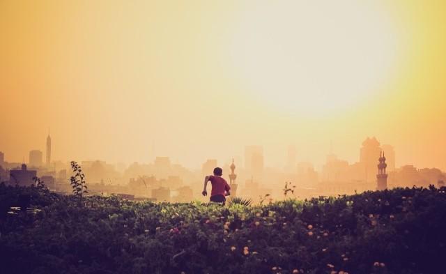 Ucieczka to symbol oddalenia się od problemów. Dosłownie, jak i w przenośni. Ucieczka pojawiająca się snach ma podobne znaczenie.