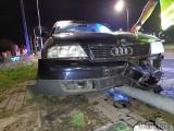 Na ul. Pużaka w Opolu kierowca audi stracił panowanie nad kierownicą i uderzył w latarnię