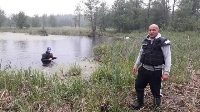 Płetwonurkowie z grupy specjalnej: Wacław Orcholski (z prawej) i Maciej Ciesielski (w wodzie) w tym zbiorniku znaleźli ciało mężczyzny.