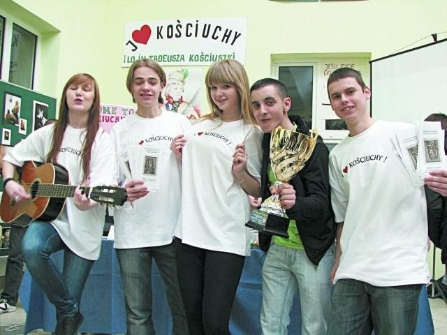 Gospodarze targów edukacyjnych, czyli uczniowie I Liceum Ogólnokształcącego imienia Tadeusza Kościuszki prezentowali swoją szkołę śpiewająco.