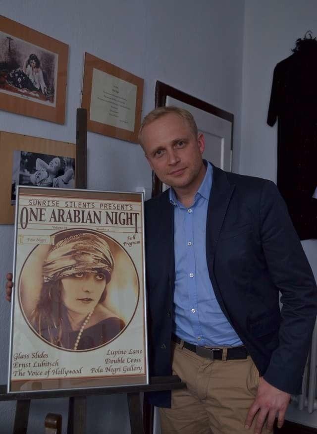 Piotr Adamczyk w izbie Poli Negri