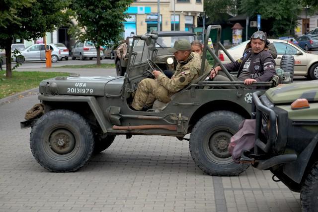 W sobotę na parking przy Muzeum Narodowym Ziemi Przemyślu zjechały willysy.Willys potocznie znany jako jeep, to wojskowy samochód osobowo-terenowy konstrukcji amerykańskiej z okresu II wojny światowej. Był szeroko używany przez wszystkie siły alianckie podczas wojny, a następnie także przez użytkowników cywilnych w wielu krajach.