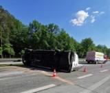 Wypadek na S8. Bus dachował przy węźle Jakubów koło Tomaszowa