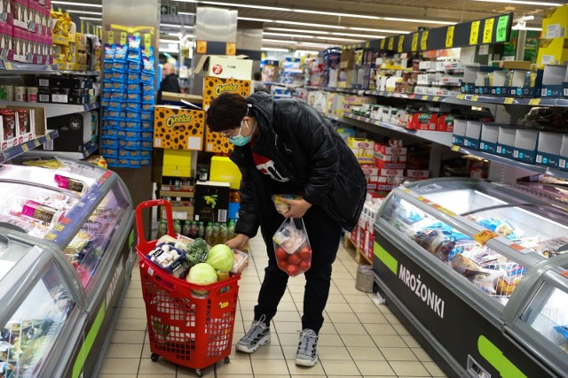 Przez pandemię koronawirusa 80 proc. polskich konsumentów obawia się podwyżek cen, zwłaszcza towarów, które najszybciej znikają ze sklepów – mięsa oraz środków czystości. Ponadto 60 proc. obawia się, że w związku z zaistniałą sytuacją w sklepach sieci, w tym dyskonty, zrezygnują z promocji.