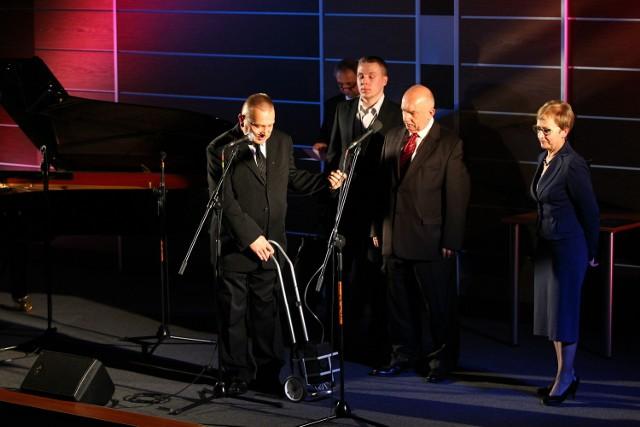 Paweł Olejniczak prezes Stowarzyszenia  im. Jędrzeja Śniadeckiego, Karola Olszewskiego i Zygmunta Wróblewskiego demonstruje mobilny koncentrator tlenu.