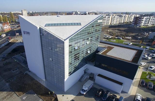 Duże i znane zakłady pracy w Toruniu szukają rąk do pracy także w lutym. To znak, że pomimo pandemii mają zamówienia, produkują, rozwijają się. Oto konkretne oferty pracy w lutym 2021 roku. Kto jest poszukiwany i jakie warunki zatrudnienia są proponowane?1.Toruńskie Zakłady Materiałów Opatrunkowych (TZMO)TZMO to mocna marka nie tylko w Polsce, ale i daleko za jej granicami. Obecnie TZMO prowadzi rekrutacje na różne stanowiska: od produkcyjnych po specjalistyczne, w różnych miastach. W samym Toruniu poszukiwani są: - Stażysta w dziale rozwoju e-commerce (praca w Toruniu, w spółce Bella Handel, przy ul. Przelot). Oczekuje zainteresowania takimi dziedzinami jak kampanie promocyjne czy markeplaces. Oczekuje od kandydata wyższego wykształcenia albo bycia studentem przynajmniej II roku. Preferowane kierunki: ekonomia, IT. Stażyście oferuje umowę o prace, rozwój zawodowy i szeroki pakiet benefitów. Oferta pracy ważna jest do końca lutego.Więcej ofert pracy od TZMO i innych firm w poniższej na kolejnych slajdach >>>>>
