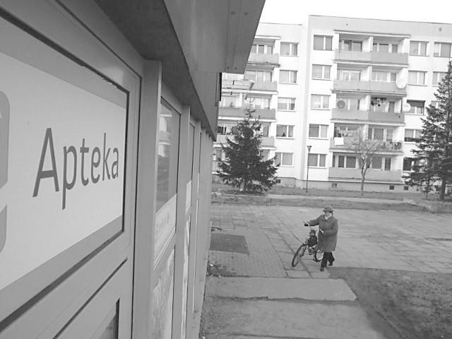 Nowa apteka na osiedlu Piastów Śląskich powstała obok przychodni i zgarnia prawie wszystkich pacjentów, którzy wychodzą od lekarza. (fot. Radosław Dimitrow)