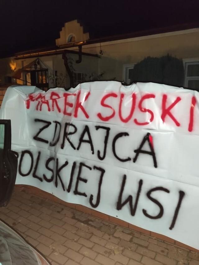 Transparent przed domem Marka Suskiego.