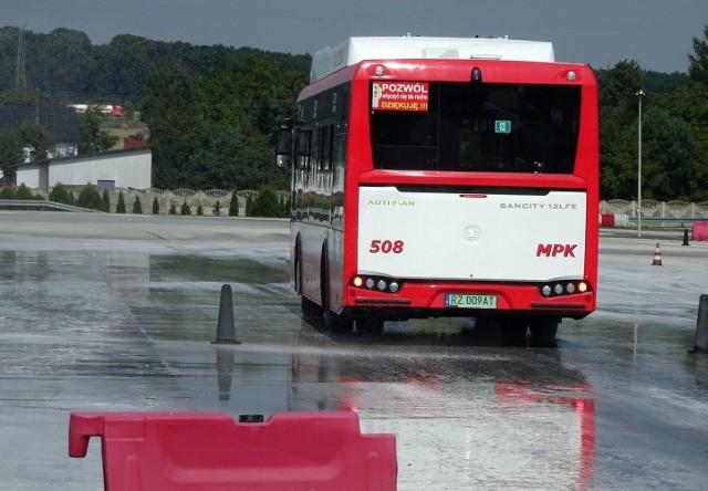 Kierowcy autobusów MPK w Częstochowie trenują jazdę na śliskiej powierzchni.Zobacz kolejne zdjęcia. Przesuwaj zdjęcia w prawo - naciśnij strzałkę lub przycisk NASTĘPNE