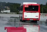 Kierowcy autobusów MPK w Częstochowiei już przygotowują się do zimy, ćwicząc na macie poślizgowej