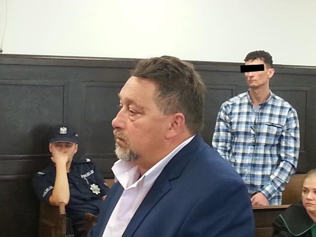 Na pierwszym planie Zbigniew Zakrzewski, ojciec porwanego syna