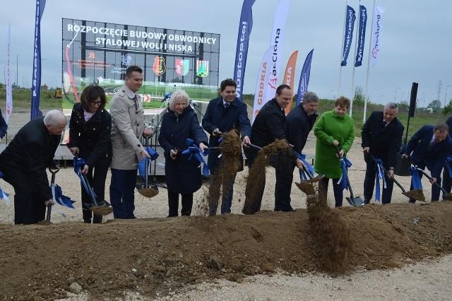 Zdjęcie z maja 2019 roku, kiedy symbolicznie wbijano łopaty pod budowę obwodnicy Stalowej Wioli i Niska