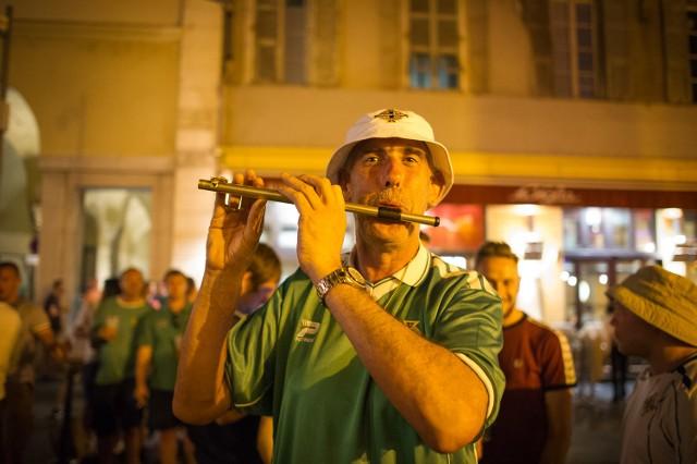 Kibice z Północnej Irlandii bawili się przy dźwiękach przygrywającego na flecie roztańczonego wodzireja