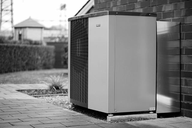 Pompa ciepłaDzięki zastosowaniu sprężarki inwerterowej w pompie ciepła możliwa jest regulacja mocy urządzenia w szerokim zakresie.