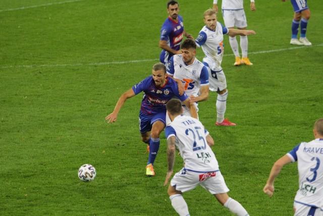 Jakub Moder próbuje przejąć piłkę od Patryka Lipskiego