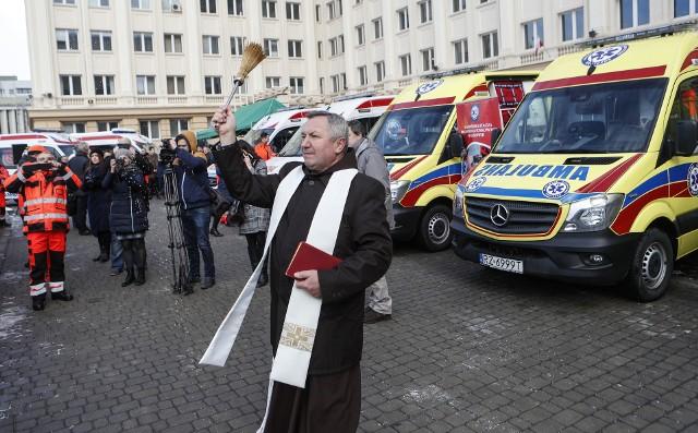 13 nowoczesnych ambulansów oraz 13 urządzeń do kompresji klatki piersiowej trafiło do pięciu placówek w naszym regionie. Trzy karetki pogotowia wraz z trzema urządzeniami do automatycznej kompresji klatki piersiowej trafiły do Wojewódzkiej Stacji Pogotowia Ratunkowego w Rzeszowie. - Otrzymaliśmy nowoczesny sprzęt. Będziemy go używać m.in. przy nagłym zatrzymaniu serca. Urządzenie samo będzie uciskało klatkę piersiową pacjenta - mówi Piotr Sawicki, ratownik medyczny z WSPR w Rzeszowie.Trzy ambulanse i trzy urządzenia otrzymało także Samodzielny Publiczne Pogotowie Ratunkowe w Krośnie. Natomiast dwa ambulanse oraz dwa urządzenia do uciskania klatki piersiowej trafiły do  Samodzielnego Publicznego Zespołu Opieki Zdrowotnej w Sanoku. Tyle samo karetek dostał Wojewódzki Szpital w Przemyślu. Do placówki trafiły także trzy urządzenia.Z nowego sprzętu cieszą się także ratownicy medyczni z Mielca. Do Powiatowej Stacji Pogotowia Ratunkowego Samodzielnego Publicznego Zakładu pojechały trzy ambulanse i dwa urządzenia.- Otrzymaliśmy ambulanse najnowszej generacji. W przypadku naszej stacji są to mercedesy 319 z automatyczną skrzynią biegów. W środku znajduje się wszystko to, co służy do ratowania pacjenta, czyli respirator, defibrylator, pompa infuzyjna, nosze do przetransportowania pacjenta, krzesełko kardiologiczne, deska ortopedyczna, nosze podbierakowe - wylicza Józef Latawiec, kierownik działu technicznego Pogotowia Ratunkowego w Mielcu.Zakup nowoczesnego sprzętu był możliwy dzięki oszczędnościom, jakie pojawiły się w budżecie wojewody. - Z budżetu w ubiegłym roku na ten cel zostało 6,5 miliona złotych, które pozwoliły na wymianę tak naprawdę co szóstej z karetek, które do tej pory jeździły w naszym województwie - mówi Ewa Leniart, wojewoda podkarpacki.
